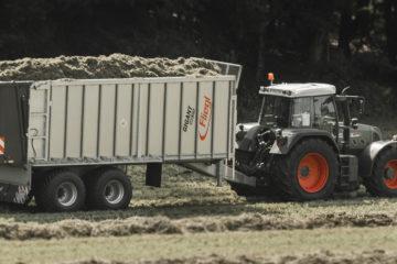 Fendt Traktor mit Anhänger